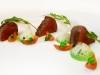 Plátky zprudka opečené argentinské svíčkové se salátem z hrášku, rajčátek a rukoly s rozmarýnovým olejem a hoblinkami parmazánu