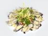 Jemné plátky chobotnice s omáčkou Aioli, malým letním salátkem a variací domácích chlebů