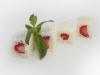 White Orchid - Exkluzivní sladká sushi rolka s jahodami obalena v kokosu se sladkým přelivem