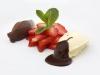 Pěna z bílé a hořké čokolády s čerstvými jahodami a mátovou omáčkou