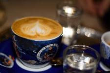 Káva v cukrárně Alchymista