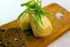 Romadur s jarní cibulkou