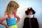 Holčička u panenky na výstavě v muzeu
