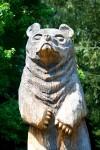 Vyřezávaná socha medvěda ze dřeva na zámku Konopiště