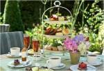 Čaj o páte na zahradě, obrázek s čaji, cukrovým a květinami