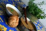 Prostřený stůl s houbovou polévkou z Kotrče kadeřavého