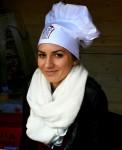 na fotce je hosteska v kuchařské čepici s logem festivalu gastro food fest v Litoměřicích