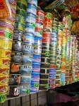 Obrázek regálu plného rybích konzerv z Lotyšského obchodu