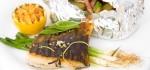 Obrázek kapra připraveného na grilu s bramborou v alobalu, ořřez fotky k článku o grilování sladkovodních ryb na webovem portálu www.gastrovylety.cz