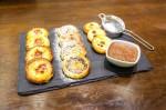 Na obrázku tři druhy slavnostních kynutých koláčků s povidlovou, sladkou tvarohovou a vanilkovou náplní s omáčkou z tonka fazolí