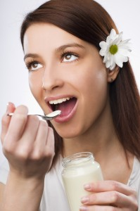 fotka dívky s jogurtem ke článku o zdravé stravě, mléčných výrobcích a prebiotikach na stránkách gastrovylety