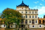 Na obrázku je zadní část zámku Ploskovice