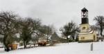Zasněžené domy vesnice Bílých Karpat s koňmi