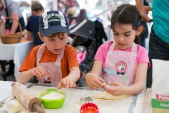 Děti modelují z cukrářské hmoty na gastronomickém festivalu v Litomyšli Gastronomické slavnosti Magdaleny Dobromily Rettigové