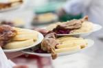 Gastronomické slavnosti Magdaleny Dobromily Rettigové na obrázku servírování husy s knedlíkem a zelím