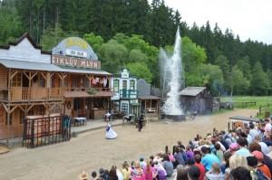 Děti při dětském dni koukají na představení ve westernovém městečku Šikluv mlýn