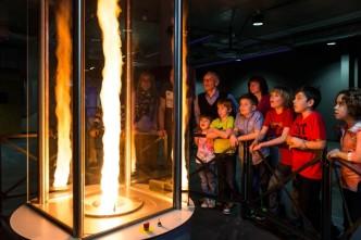 Děti pozorující ohnivé tornádo v Libereckém science centru iqlandie