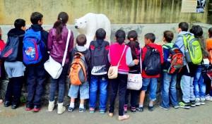 Děti koukající na sochu ledního medvěda v expozici ZOO Liberec