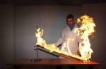 Na obrázku vědec provádějící show s ohněm v Liberecké iqlandii