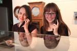 na obrázku dívky zkouší nový audio průvodce v českém jazyce v muzeu hodin v německém Glashuette  nedaleko českých hranic