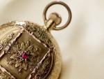 Krásně zdobené pozlacené hodinky v expozici muzea hodin Glashuette
