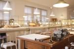 vitríny v muzeu hodin v německém Glashuette plné historických hodin, hodinek a ciferníků