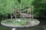 Na obrázku je nová expozice pro lemury v zoo Liberec. Expozice je postavena na ostrůvku