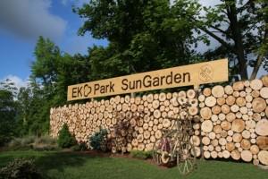 Vstup do ekoparku sungarden v Liberci. vstup je ze dřeva s nápisem EKOPARK