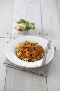 Na obrázku talíř s kuřecím masem a těstovinami, k článku recept Italská kuřecí pánev