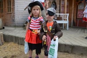 děti v karnevalových maskách pirátů na karnevalu v šiklově mlýně