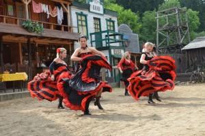 mexické tanečnice na prázdninovém karnevalu ve westernovém městečku Šiklův mlýn