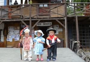 Na obrázku jsou děti, trojčata na akci sras dvojčat a trojčat ve westernovém městečku Šiklův mlýn