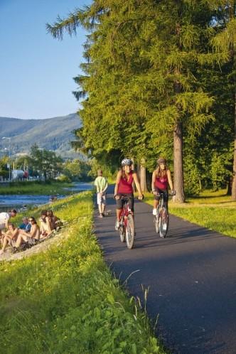 Cyklisté na cyklostezce Bečva, Východní Morava