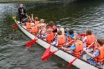děti na dračí lodi při závodech