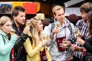 skupinka mladých lidí koštujících víno na vinobraní v Mikulově-Pálava