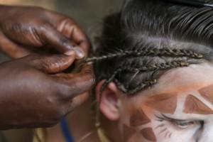 Černošská dívka plete tradiční  copánek, festival Doteky Afriky