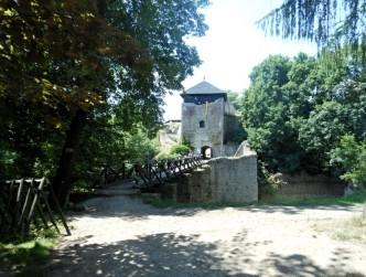 fotografie hradu lukov. V popředí most a vstupní brána s věží