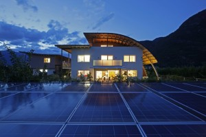 moderní budova ekologické farmy v Jižním Tyrolsku