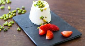 Panna cotta s pistáciemi- smetanový dezert zdobený pistáciemi a jahodami