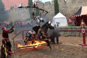 Válečník na koni přeskakuje oheň- historický program Znojemské vinobraní