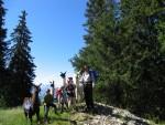 výlety se zvířaty na statku v Jižním Tyrolsku, na obrázku turisté s lamou