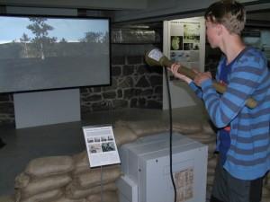 simulátor střílení z pancéřové pěsti na výstavě k sedmdesátému výročí konce války v libereckém science centru iqlandia