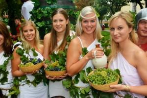 Dívky s karafami vína a hrozny na Znojemském vinobraní