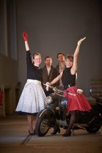 expozice dopravního muzea v Drážďanech, retro odění lidé u motociklu