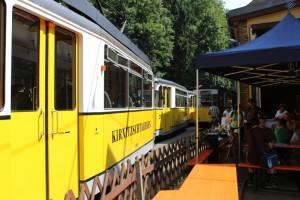 Žlutý vůz historické tramvaje v Saském Švýcarsku