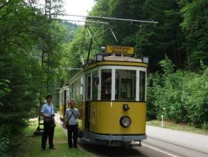 obrázek historické tramvaje s průvodčím v Saském Švýcarsku