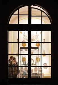 muzejní noc v Drážďanech - lidé za oknem muzea
