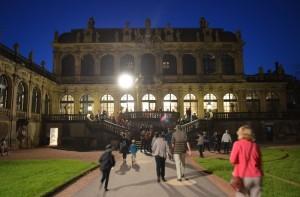 lidé jdoucí do muzea při muzejní noci