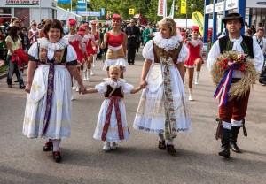 mezinárodní festival Země Živitelka, návštěvníci v krojích