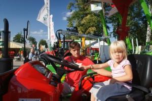 Děti si prohlíží zemědělskou techniku na festivalu Země Živitelka